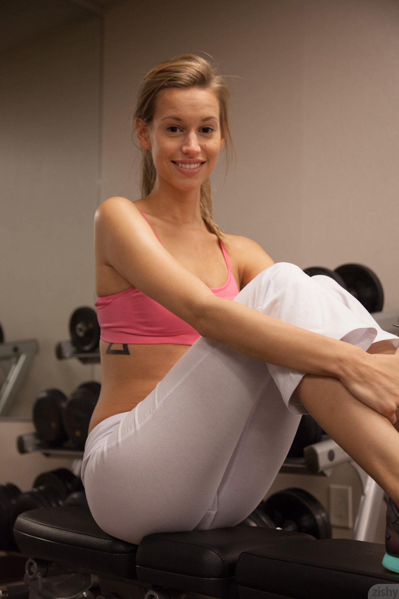 Sporty smiling model Geri Burgess looks amazing in ...
